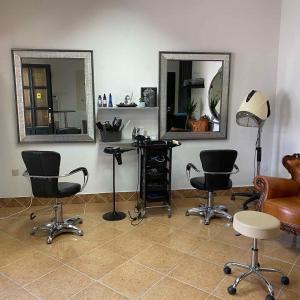 Salon Freyabeauty u Zemunu izdaje mesto za manikir i frizersku stolicu